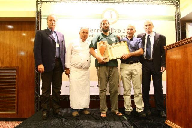איתמר וויס ממשק אחיה מקבל את הפרס עבור שמן הזית הישראלי הטוב ביותר מיור ענף הזית 2 צילום אילן לוי (2)