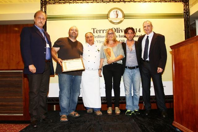 יניב זבאן מאנשי הזית מקבל את הפרס עבור שמן זית הבוטיקי הטוב בתחרות צילום אילן לוי (2)