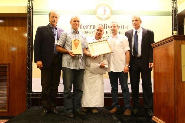 מימין אלי שנקר מנכל משק אחיה מקבל את פרס עבור מותג שמן הזית הישראלי הטוב בתחרות צילום אילן לוי (2)