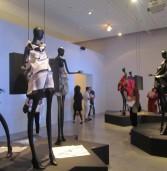 """"""" קיפולים """" ממלאכה מקומית לעיצוב עכשווי תערוכה עכשווית במוזיאון העיצוב"""