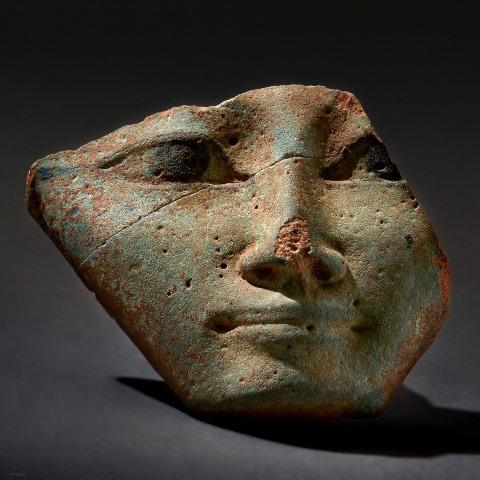 מסכת חתחור. תמנע. 1300 - 1130 לפני הספירה. פאיאנס. מוזיאון ארץ ישראל