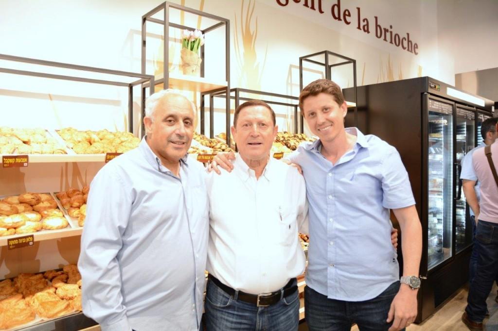 צילום איציק בכר במרכז רפי מיוסט לצד בנו מיכאל ויעקב גוזלן מנכל המאפה הצרפתי