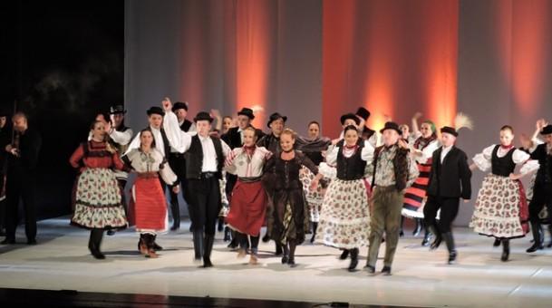 אנסמבל הפולקלור הלאומי ההונגרי מופע מחול זיכרונות מטרנסקרפטיה