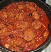 כדורי הודו ברוטב מיוחד של עגבנית שום וזיתי קלמטה