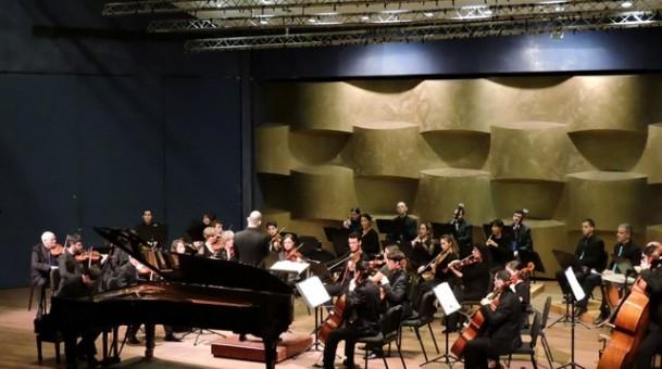 התזמורת הקאמרית הישראלית מנגנת שוסטקוביץ' ומוצרט וגם גילטבורג שם