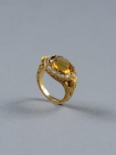 טבעת של רועה רוחני. מוצא לא ידוע המאה ה-19. זהב סיטרין ויהלומים. צילום שי בן אפרים2