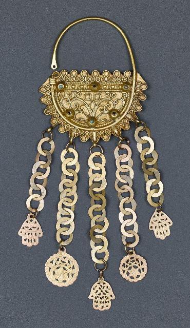 תליון-רקה-גרבה-תוניסיה-1905–1917.-זהב-ואבני-חן.-צילום-–-ארדון-בר-חמא.-אוסף-משפחת-גרוס