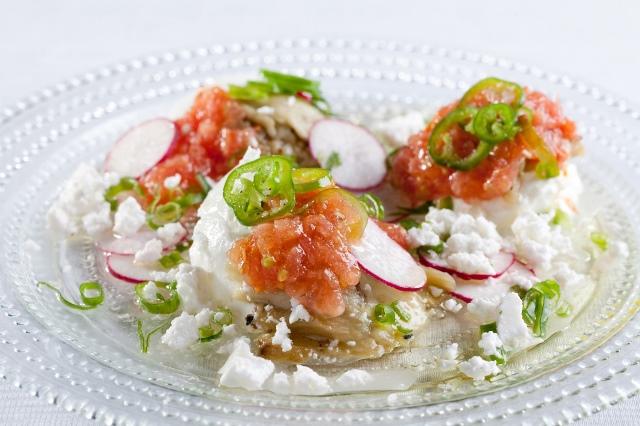 קרפצ'יו חציל- חציל קלוי יוגורט צנונית פלפל חריף עגבניה בצל ירוק וגפינת פטה צילום  בועז לביא