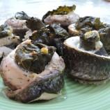 פלטים של דג בורי במילוי עלי גפן עם סקורדיליה
