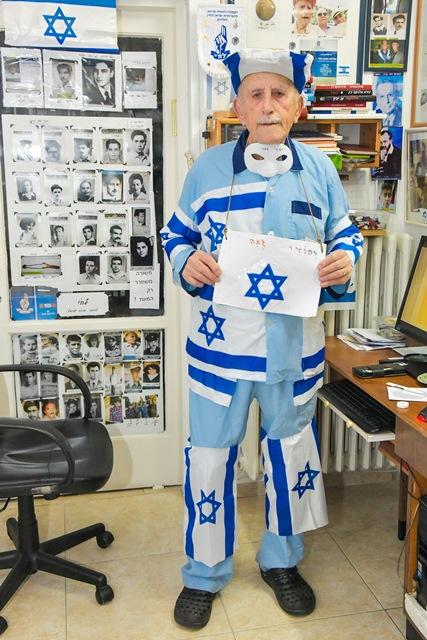 דוד כהן בן ה88 בחדרו מחופש לדגל ישראל. צילום יהודית הרפז